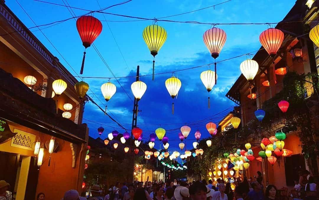 Phố phường ngập tràn sắc đèn lồng (Ảnh: ST)