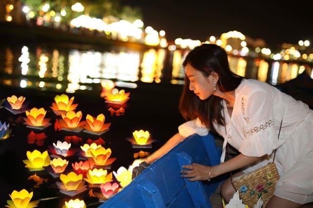 Thả đèn hoa đăng trên sông Hoài (Ảnh: ST)