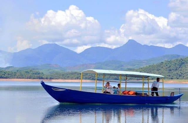 đi thuyền trên hồ Phú Ninh