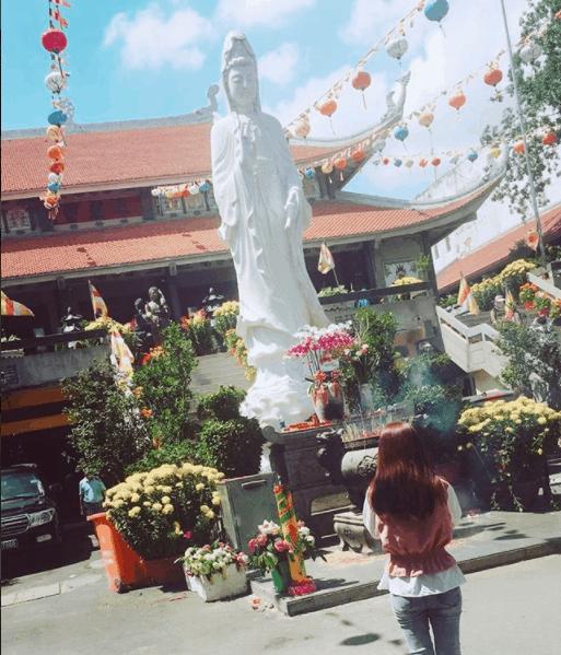 Phật điện và Tháp Quan Thế Âm.