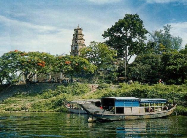 Chùa Thiên Mụ nằm bên dòng sông Hương thơ mộng