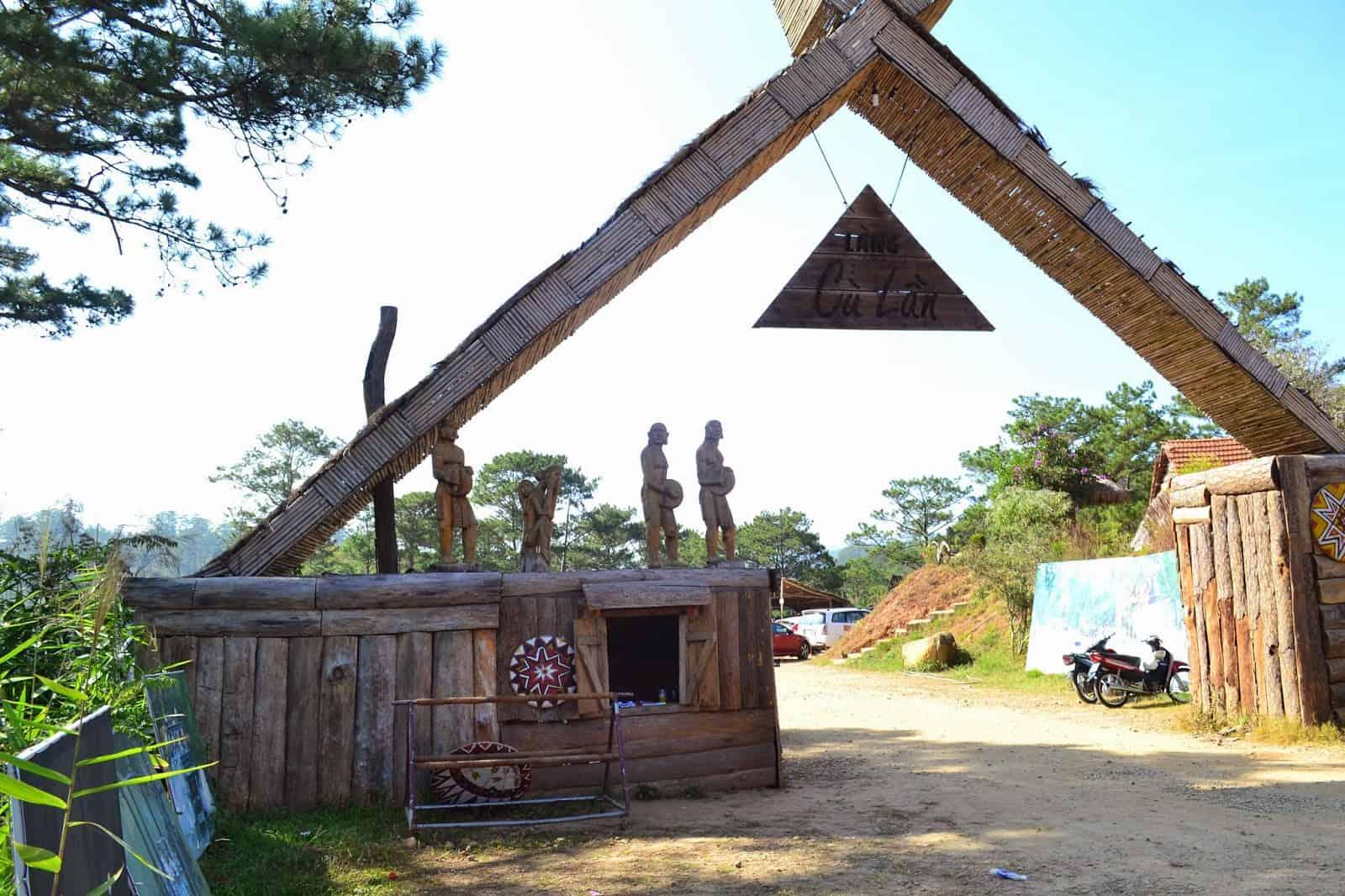 Cổng vào làng Cù Lần