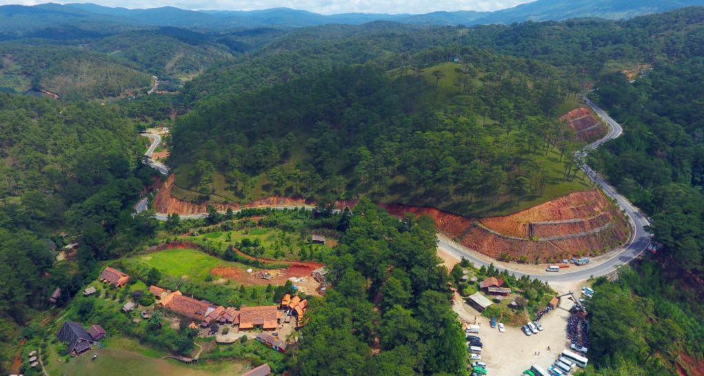 Hình ảnh con đường dẫn tới làng Cù Lần nhìn từ trên cao xuống