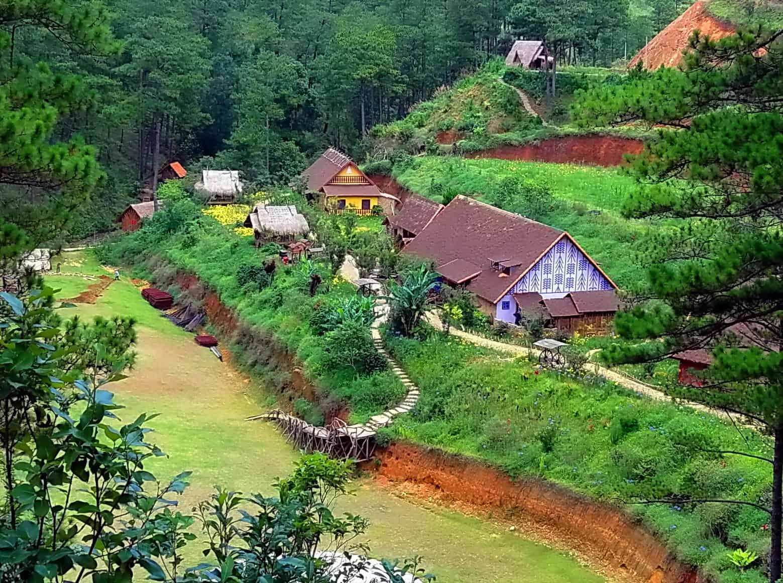 Những mái nhà ở làng Cù Lần ẩn mình vào thiên nhiên