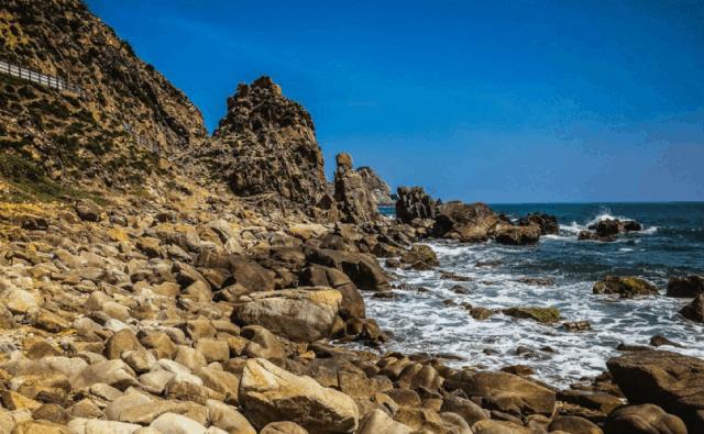 Bãi đá đẻ dưới chân núi eo gió