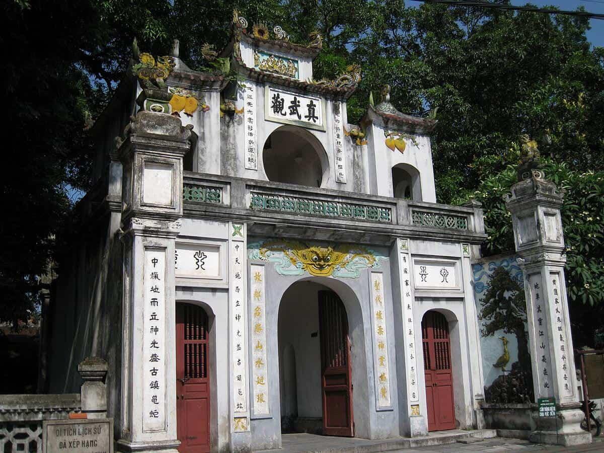 Cổng tam quan vào đền Quán Thánh