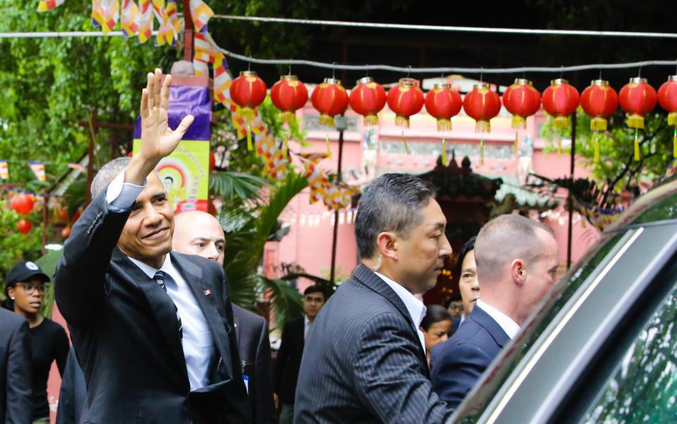 Tổng thống Obama vẫy tay chào mọi người