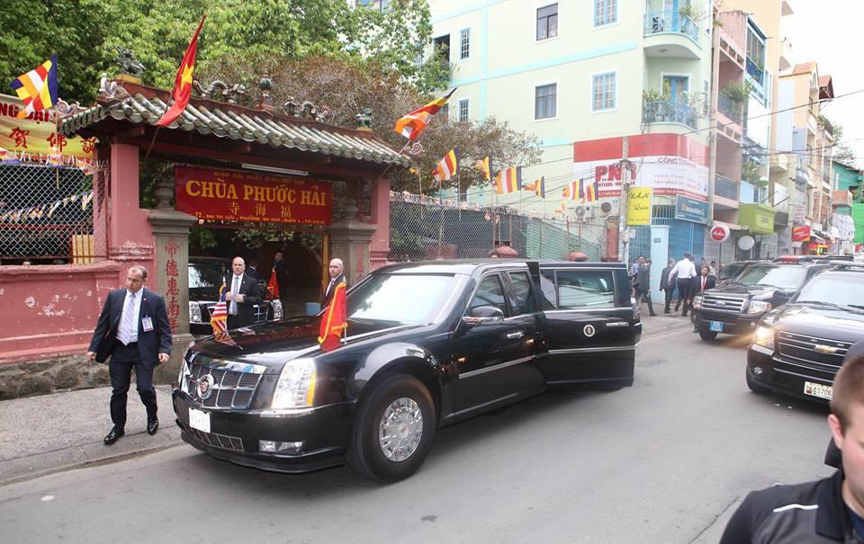 Đoàn xe của tổng thống Obama đến thăm chùa Ngọc Hoàng