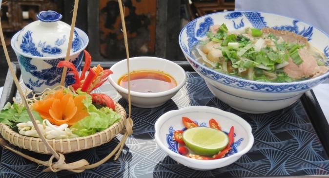 Ăn ở quán bún bò Huế ở Sài Gòn