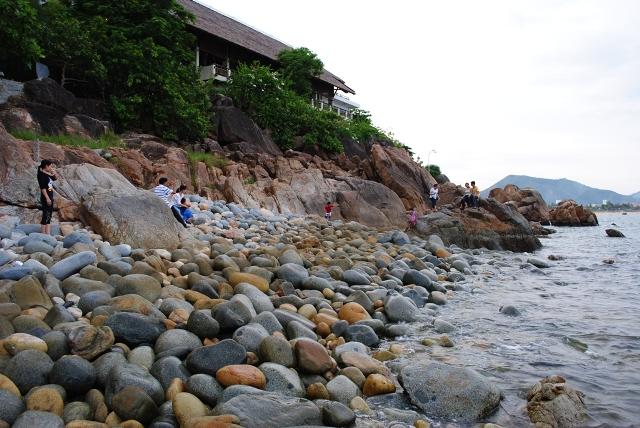 Du ngoạn trên những phiến đá ở bãi tắm Hoàng Hậu