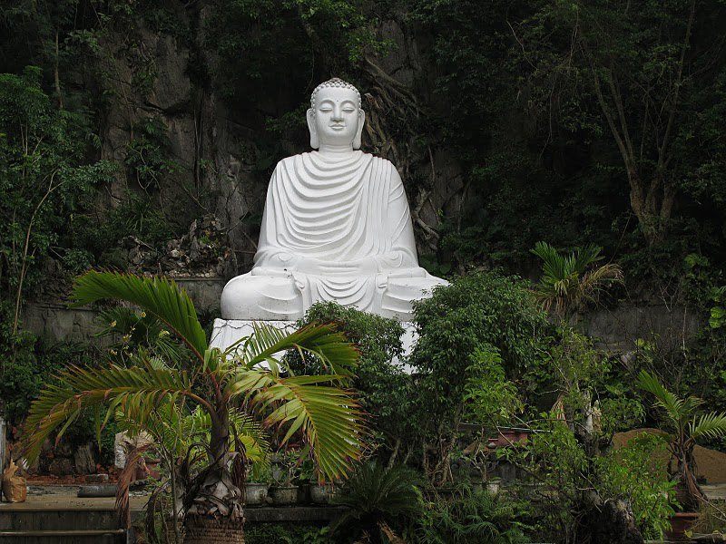 Bức tượng Phật uy nghiêm tại khuôn viên chùa Linh Ứng Non Nước