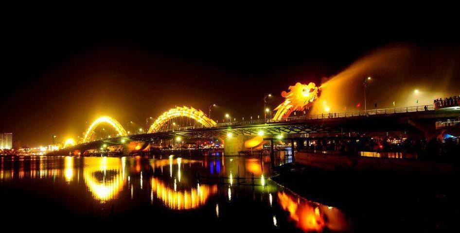 Cầu Hàm Rồng phun nước và lửa về đêm ở Đà Nẵng