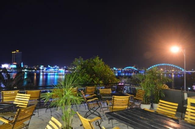 Nhâm nhi cà phê và ngắm vẻ đẹp cầu sông Hàn