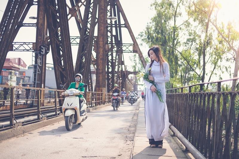 chụp ảnh ở cầu Long Biên