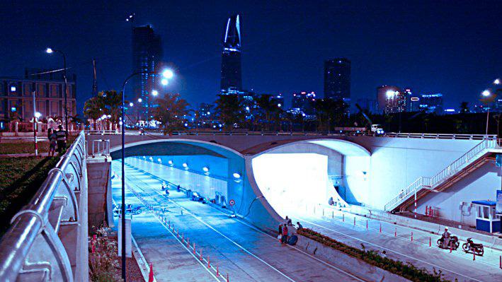 du lịch sài gòn nên đi đâu khi không ghé qua Cầu Thủ Thiêm lung linh về đêm (Ảnh: Sưu tầm)