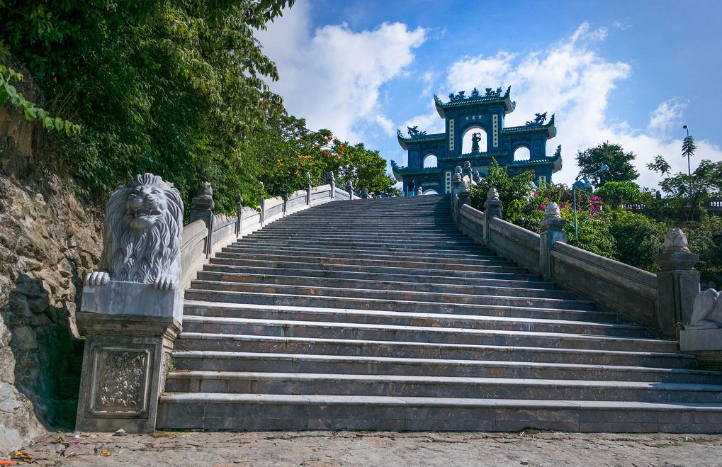 Đường lên chùa Linh Ứng Bà Nà