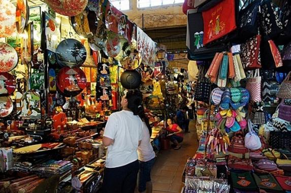 Hình chợ bến thành tại khu bán đồ lưu niệm