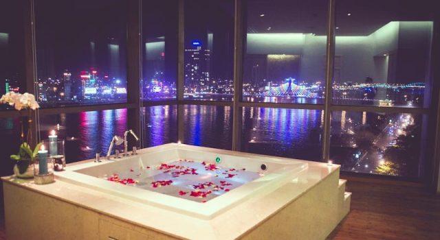 Phòng tắm view ra cầu sông Hàn