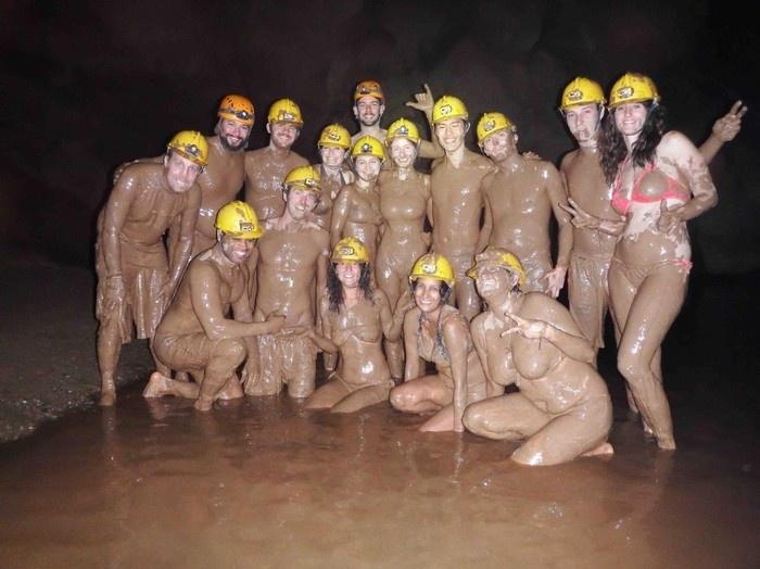 Dịch vụ tắm bùn trong hang Tối