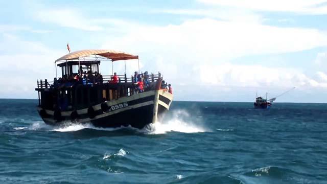 Tàu gỗ di chuyển từ Hội An ra Cù Lao Chàm (Ảnh: Sưu tầm)