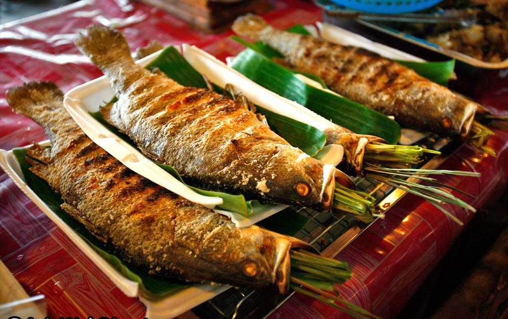 Cá suối nướng chấm mắm (nguồn sưu tầm)