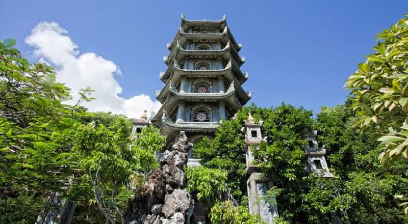 Tháp Xá Lợi tại chùa Linh Ứng Non Nước được xem là tháp Xá Lợi thờ nhiều tượng Phật bằng đá nhất Việt Nam