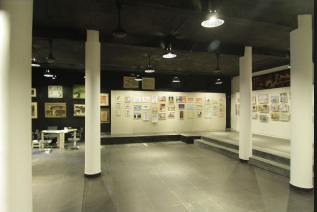 Các phòng triển lãm đã treo kín tường các bức tranh vẽ biếm họa, tranh trừu tượng