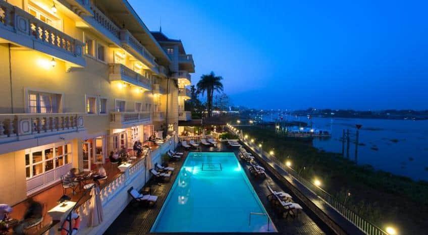 Khách sạn du lịch nằm ngay bên bờ sông (Ảnh: Vntrip.vn)