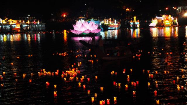 Sông Hương lung linh trong ánh đèn hoa đăng
