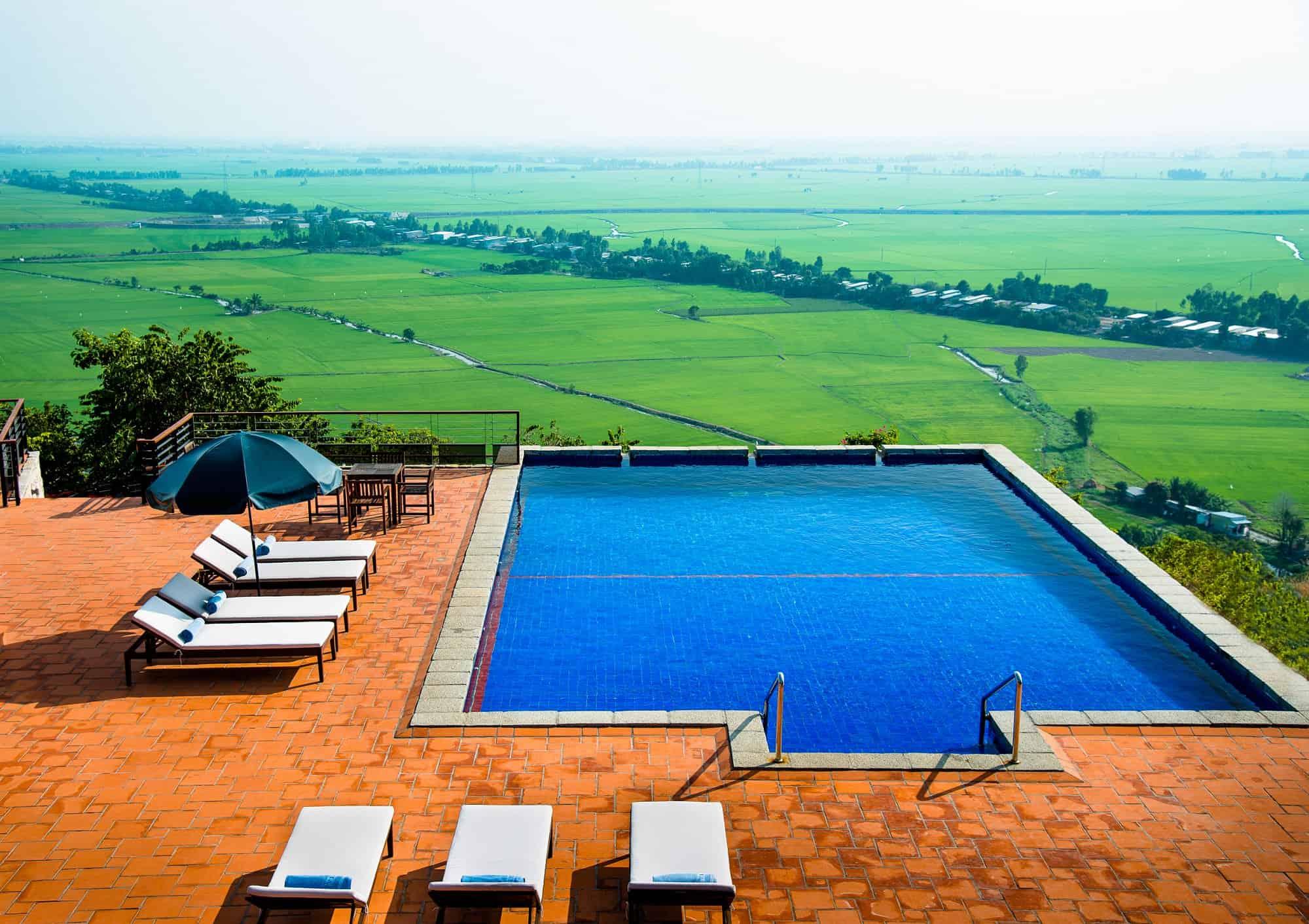 Bể bơi ngoài trời với view nhìn ra cánh đồng lúa bạt ngàn của thành phố Châu Đốc (ảnh sưu tầm)