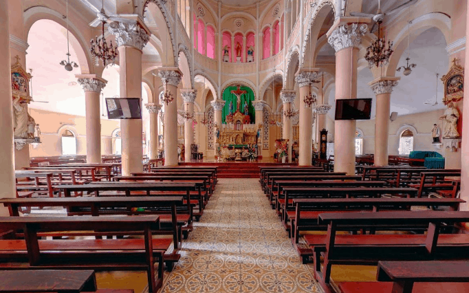 Bên trong nhà thờ Tân Định