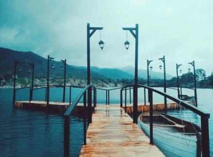 Mỗi cây cầu đi ra hồ được thiết kế các kiểu dáng khác nhau