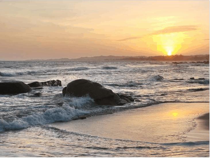 Bãi biển hoang sơ nhưng thơ mộng