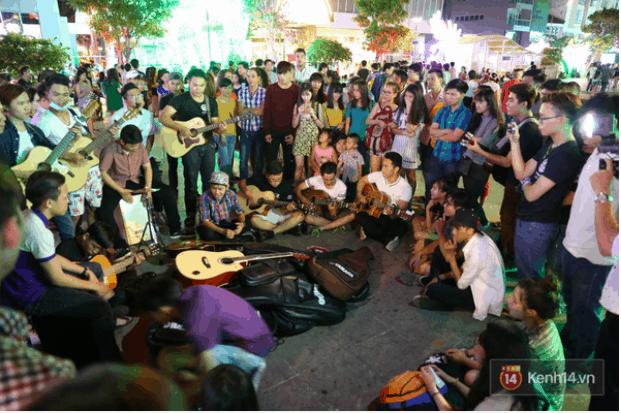 Các màn biểu diễn đường phố của các bạn trẻ thu hút người đi bộ