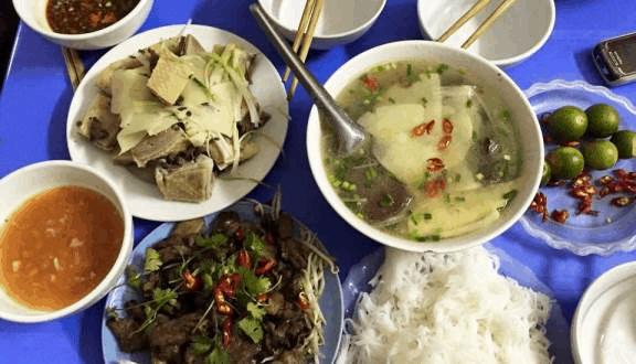 Bún ngan và chả ngan nướng ở vỉa hè phố Hàng Bông.