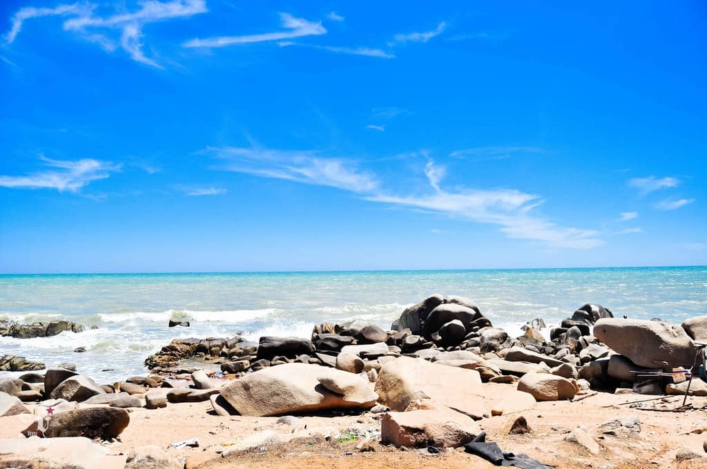 Còn gì tuyệt vời hơn được ngồi trên những mỏm đá lắng nghe sóng biển, để từng làn sóng ôm ấp, vỗ về đôi chân (Ảnh sưu tầm)