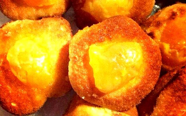 Đặc sản bánh bông lan trứng muối mềm mại thơm ngon (Ảnh: ST)