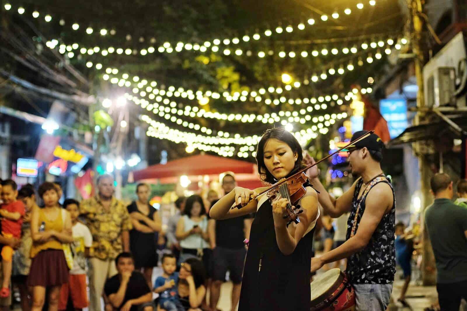 Biểu diễn ca nhạc nghệ thuật ở phố đi bộ