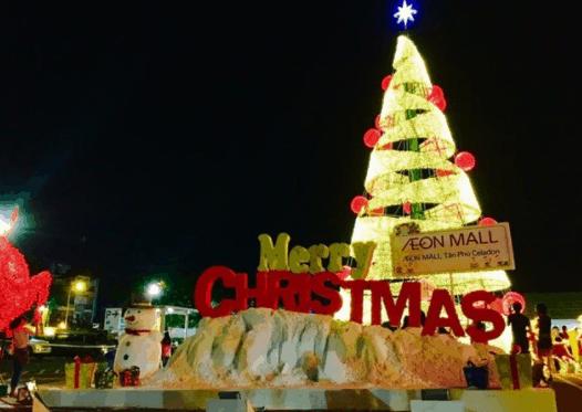 Cây thông Noel lộng lẫy tại Aeon Mall
