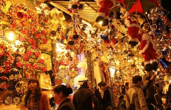 Có rất nhiều đồ trang trí Noel đẹp được bày bán tại khu phố người Hoa
