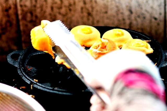 Thợ làm bánh tỉ mỉ từng chiếc nhỏ - món ăn ở Vũng Tàu này còn là đặc sản làm quà