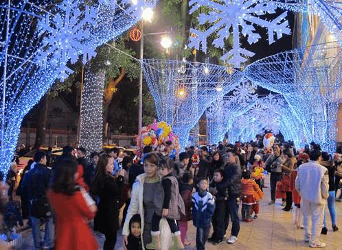 Mọi người đón giáng sinh an lành, vui tươi tại Diamond Plaza
