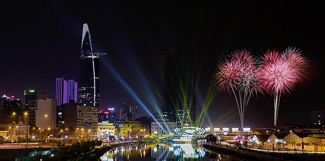 Ngắm pháo hoa trên cầu Thủ Thiêm Sài Gòn (Ảnh: ST)