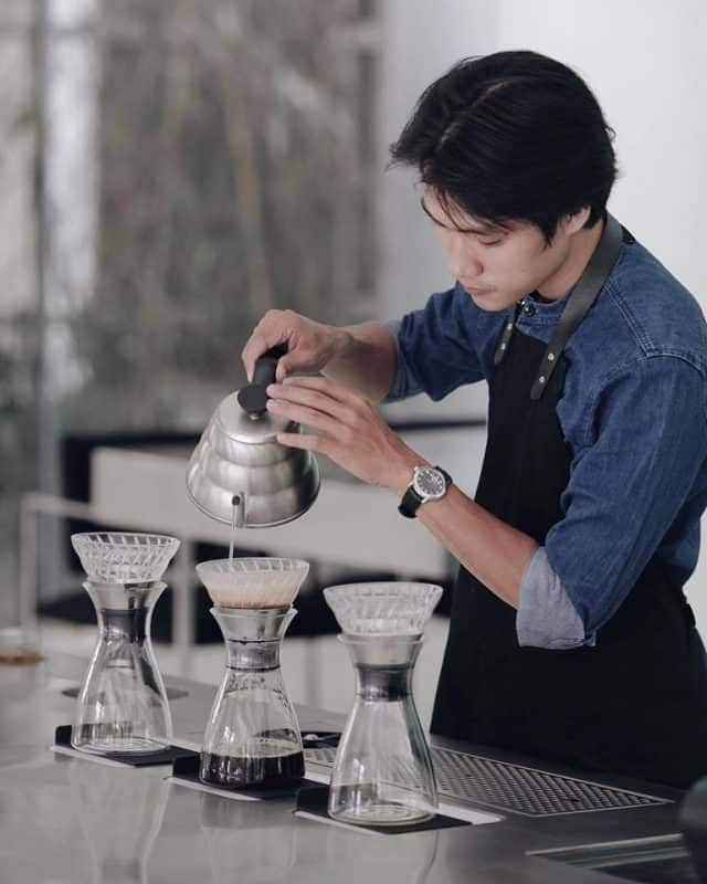 Nhân viên pha chế ở Bosgaurus coffee (Ảnh: ST)