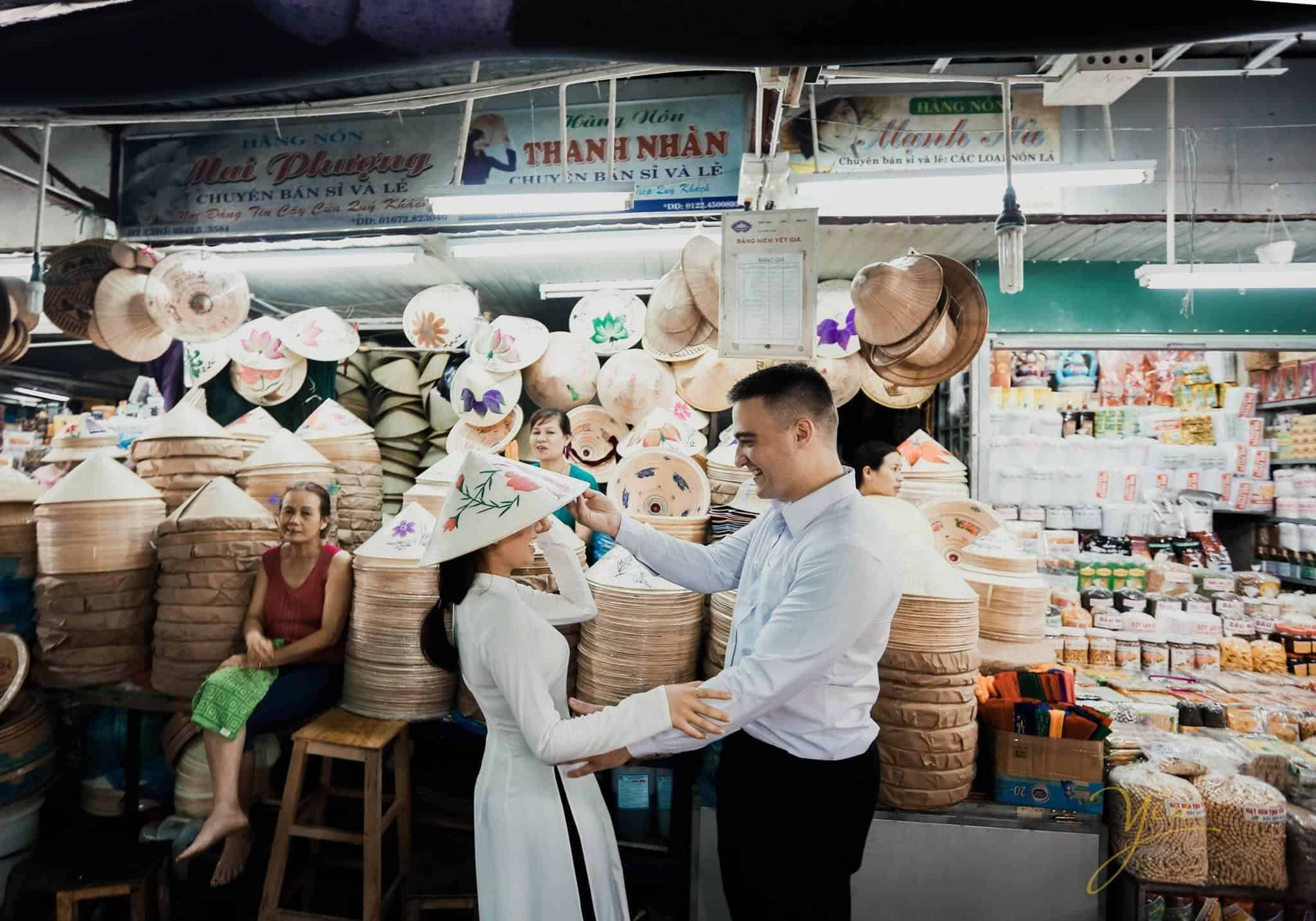 Nón lá - khi mua ở chợ Đông Ba