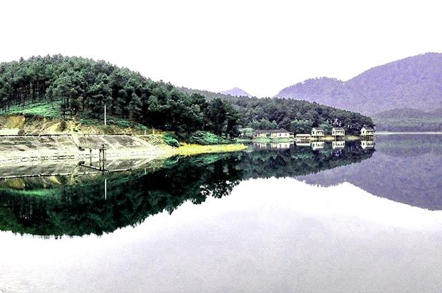 Mặt nước hồ Trại Tiểu sáng sớm