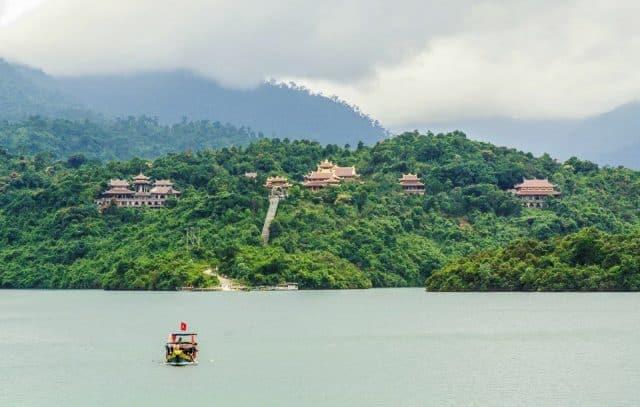 Thiền viện Trúc Lâm Bạch Mã nằm gọn gàng giữa lòng hồ nước