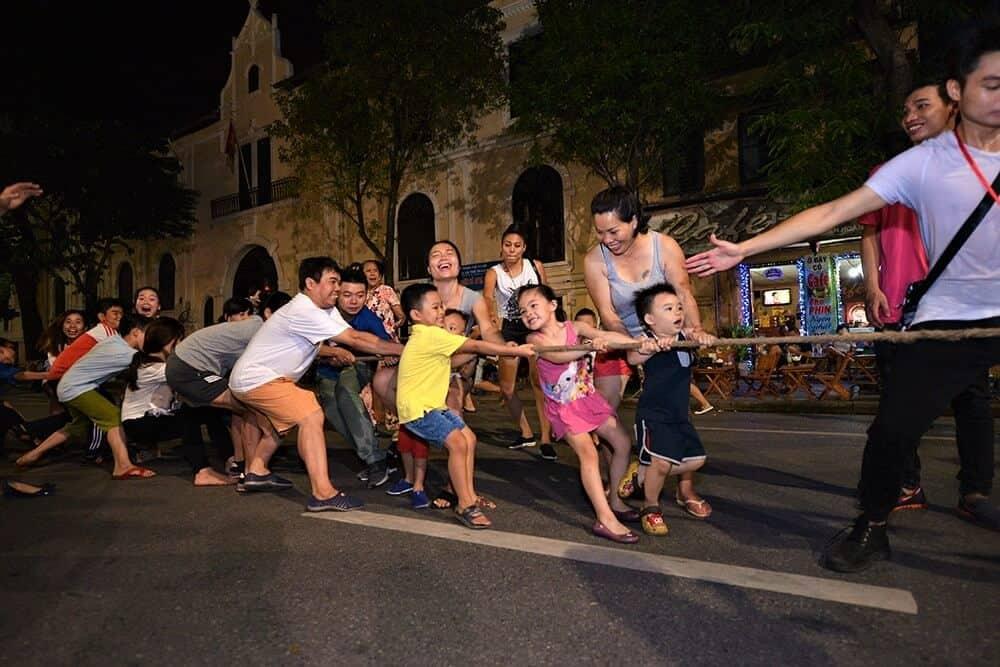 Trò chơi kéo co tổ chức ở phố đi bộ Hà Nội