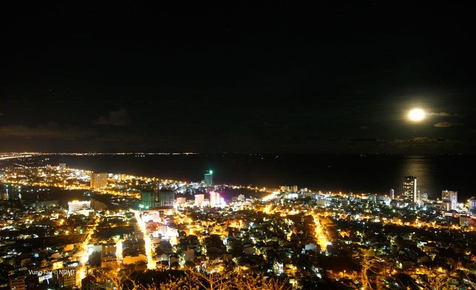 Du khách được khuyên nên đến đây vào buổi tối để ngắm toàn cảnh thành phố Vũng Tàu lung linh ánh đèn đêm (Ảnh sưu tầm)