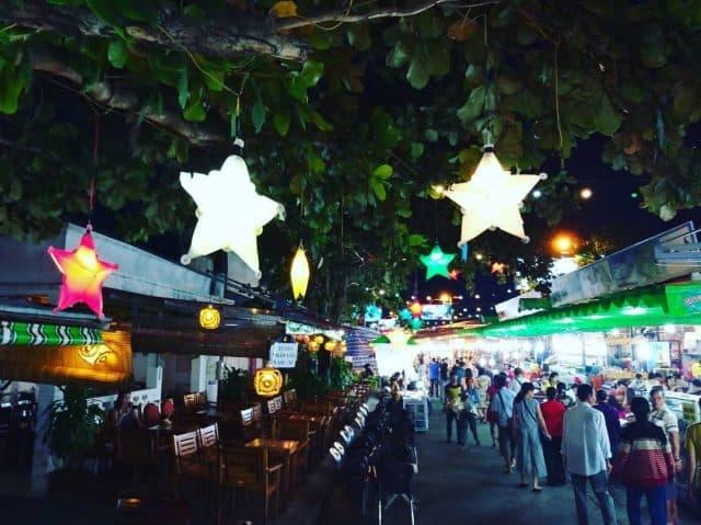 Ánh đèn điện lung linh, đông đúc, tấp nập cả một khoảng trời Phú Quốc